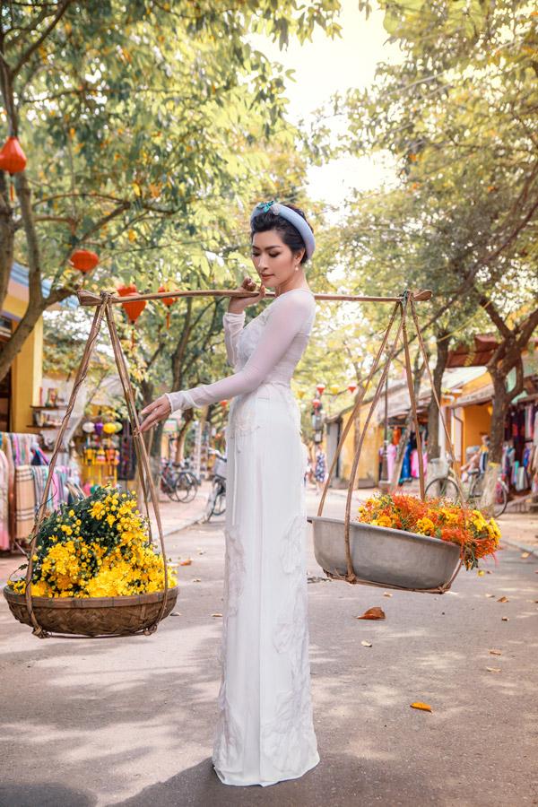 Nguyễn Hồng Nhung khoe nhan sắc gái hai con với áo dài
