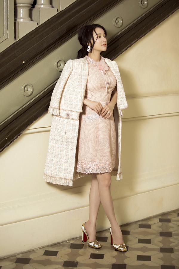 Chất liệu chính để tạo nên các mẫu váy áo lần này là vải tweed phù hợp không khí mùa đông.