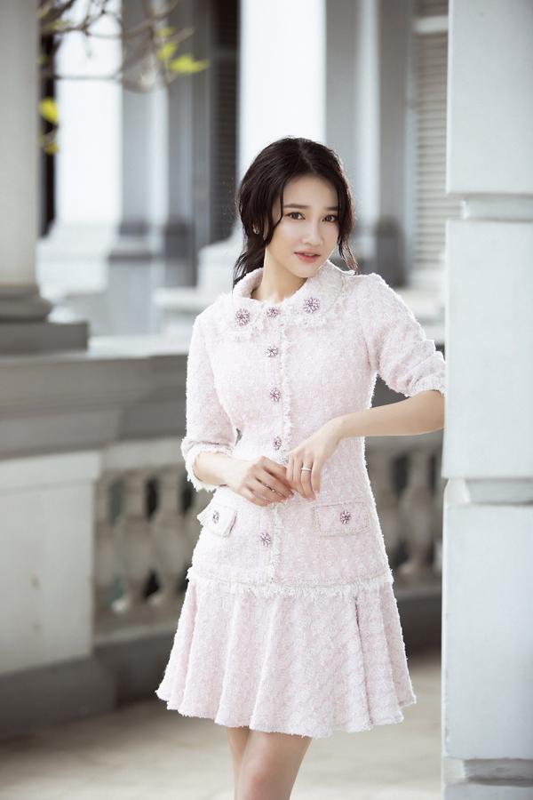 Nhà mốt Việt tập trung vào phần chất liệu cao cấp, kỹ thuật cắt may tỉ mỉ để tạo nên các mẫu trang phục đi tiệc hợp mùa cho phái đẹp.