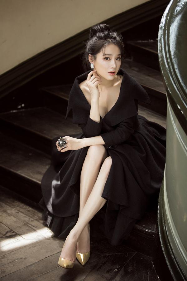 Ở bộ sưu tập này, Lê Thanh Hòa chú trọng các dáng váy ngắn phù hợp với chị em văn phòng. Bên cạnh đó, một số mẫu đầm dài cũng được thiết kế trên chất liệu vải tweed đơn sắc.
