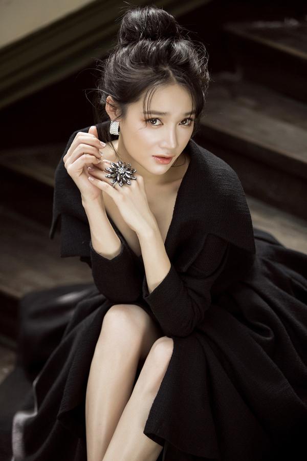 Bộ ảnh được thực hiện với sự hỗ trợ của nhiếp ảnh Lê Thiện Viễn, trang điểm Minh Lộc.