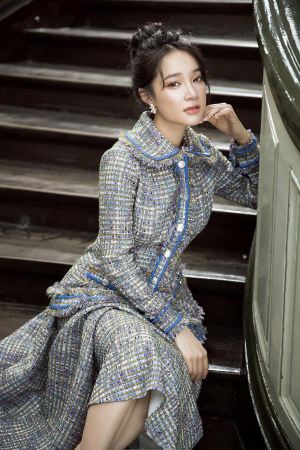 Lấy cảm hứng từ vẻ đẹp Pháp, Lê Thanh Hòa đã mang tới bộ sưu tập thu đông thể hiện sự giao hòa giữa phong cách cổ điển và hiện đại.