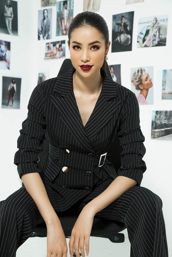 Trong loạt ảnh thời trang mới, Phạm Hương phá bỏ hình tượng quyến rũ, gợi cảm quyen thuộc, thay vào đó là nét hiện đại và mạnh mẽ cùng phong cách menswear.