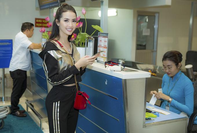 Phan Thị Mơ phanh áo khoe eo thon ở sân bay