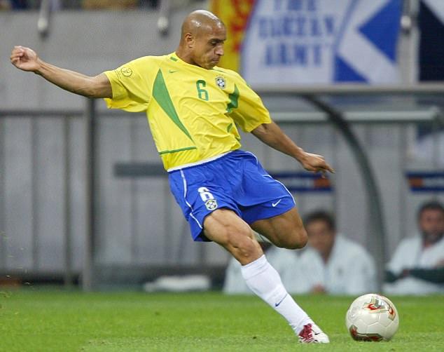 Roberto Carlos trong màu áo tuyển Brazil ở World Cup 2002. Ảnh: AFP.