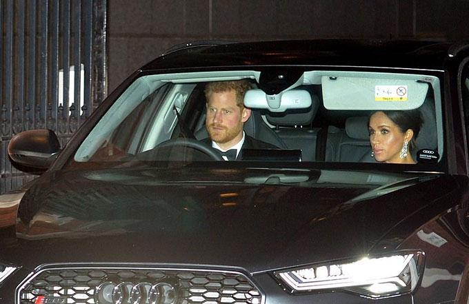 Meghan cũng chọn cùng kiểu tóc và khuyên tai kim cương như chị dâu Kate khi được Hoàng tử Harry lái xe đưa đến Điện Buckingham dự tiệc sinh nhật bố chồng tối 14/11. Ảnh: AP.