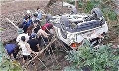 Nữ tài xế lùi ôtô rơi xuống bờ kè sông Hồng