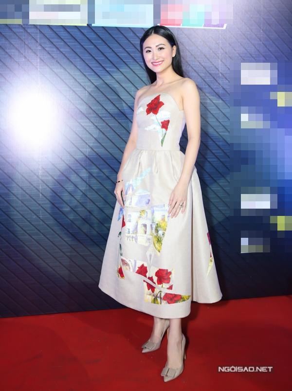 Thanh Nhàn diện váy cúp ngực gợi cảm. Cô từng đoạt giải nhì Người đẹp Hoa anh đào 2010, top 6 Hoa khôi Áo dài 2016.