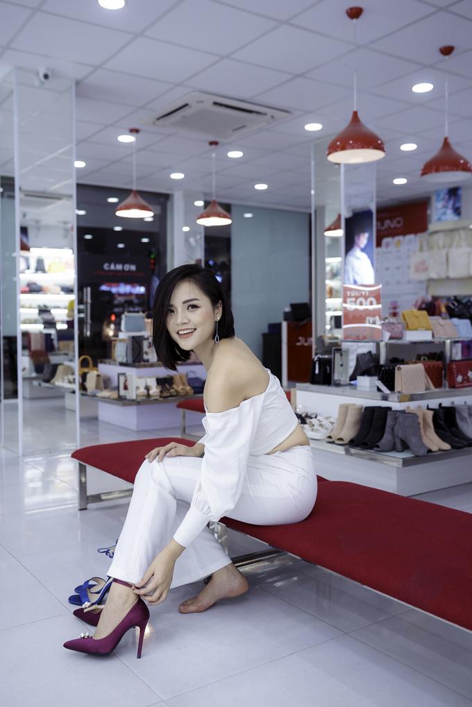 Tại Hà Nội, diễn viên Thu Quỳnh - nữ diễn viên thủ vai My sói trong phim Quỳnh Búp Bê cũng tranh thủ đi mua sắm trong ngày đầu khuyến mãi lớn.
