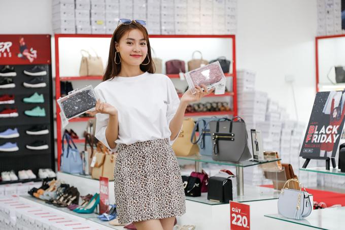 Nữ diễn viên còn đặc biệt quan tâm các mẫu ví trong suốt trẻ trung khi phối cùng trang phục cá tính.