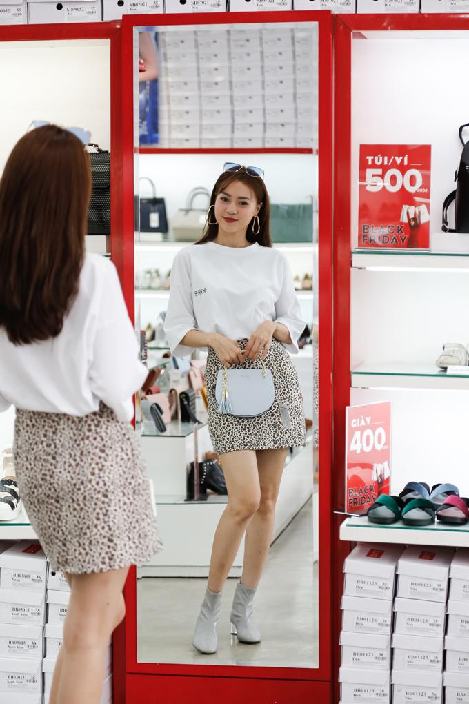 Nàng Cám Ninh Dương Lan Ngọc vốn là một fan của giày và túi xách. Trong ngày đầu Juno thực hiện chương trình Black Friday, người đẹp tranh thủ đến một cửa hàng tại TP HCM để săn những đôi giày thời trang để dành đi chơi cùng bạn bè.