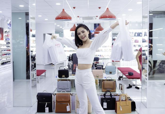 Chính những thiết kế thời trang cùng chương trình giảm giá hấp dẫn đã mang lại nhiều trải nghiệm mua sắm thú vị cho nữ diễn viên tài năng này.