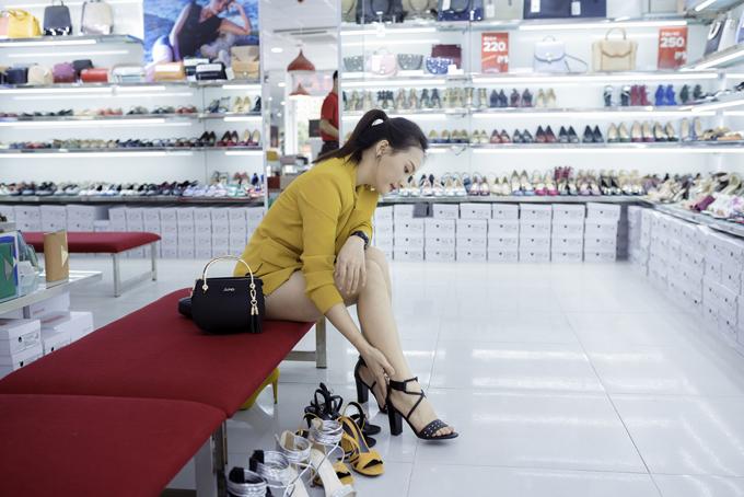 Nữ diễn viên Sống chung với mẹ chồng khoe style trẻ trung khi đến mua sắm tại cửa hàng Juno ở một quận trung tâm Hà Nội.