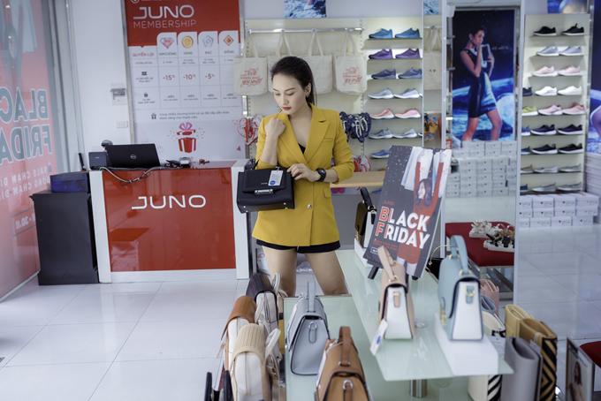 Chất lượng của thương hiệu Việt là yếu tố khiến diễn viên yêu thích thương hiệu này. Ngoài sắm cho mình những đôi giày ưng ý, cô còn tỉ mỉ chọn mua thêm túi xách để tặng bạn bè, người thân.