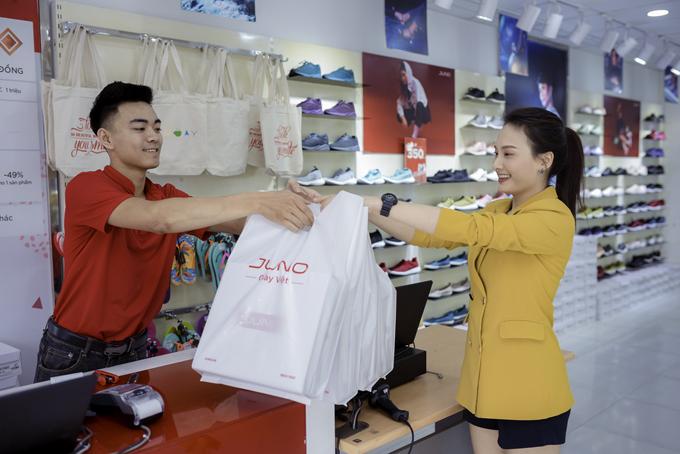 Bảo Thanh rất hài lòng vì đã chọn mua nhiều sản phẩm ưng ý.