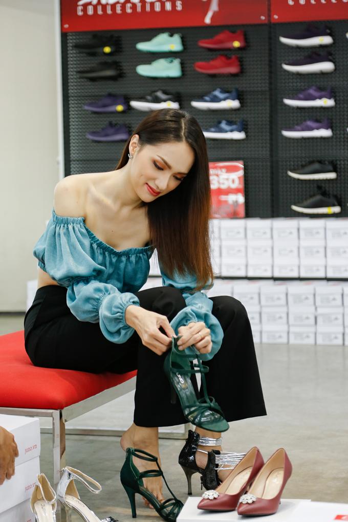Tranh thủ thời gian rảnh rỗi, Hoa hậu Hương Giang đã đến cửa hàng thời trang Juno tại TP HCM để mua sắm. Người đẹp thích thủ thử nhiều mẫu giày khác nhau mà cô rất yêu thích.