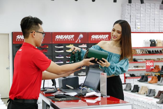 Hương Giang còn tìm được chiếc ví có cùng sắc với giày để tiện phối đồ.