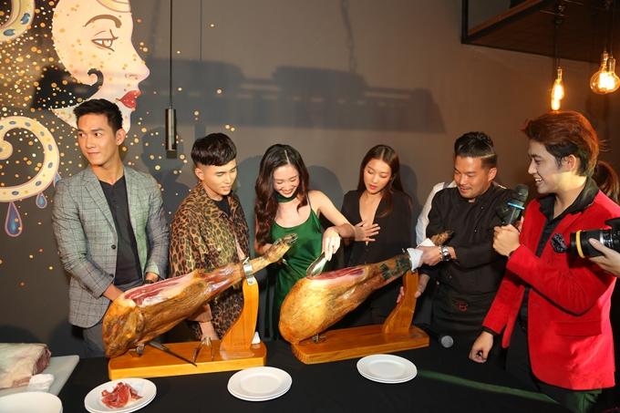 Các nghệ sĩ thích thú với cảm giác tự tay cắt thịt bò từ Mỹ.