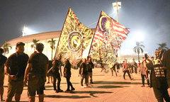 Fan Malaysia mang cờ lớn khuấy động sân Mỹ Đình