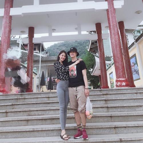 Linh Chi cùng bạn trai Lâm Vinh Hải đi lễ chùa Bà (Châu Đốc, An Giang).Xin bà độ cho vợ chồng con trọn đời trọn kiếp bên nhau, công việc trôi chảy, tránh xa thị phi, xô bồ, giả dối, cám dỗ chốn phồn hoa, nữ diễn viên chia sẻ.