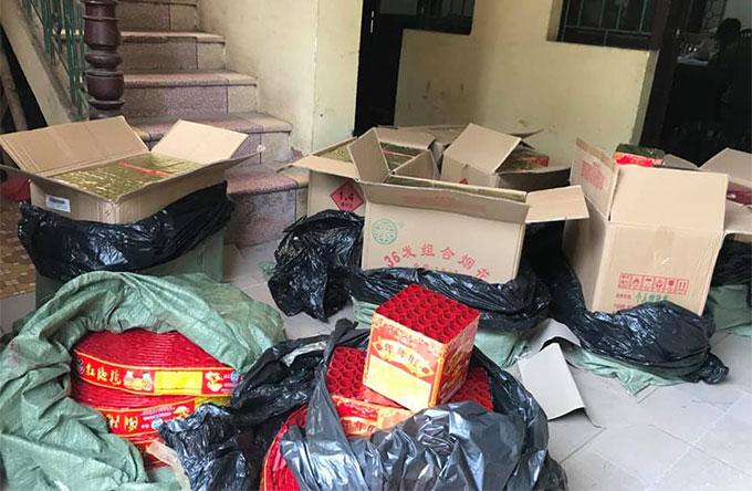 Gần 200kg pháo hoa đóng trong các thùng bìa các tông giấu trong xe taxi.