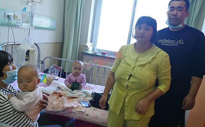 Vợ chồng chị Song và hai con gái tại bệnh viện Đại Liên. Ảnh: Aixin Chou.