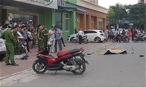 Người đàn ông chết bên vũng máu trước sảnh chung cư, nghi nhảy lầu