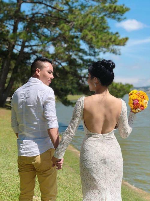 Bức ảnh cưới được MC Hoàng Linh đăng kèm dòng status nói về sự đổ vỡ.
