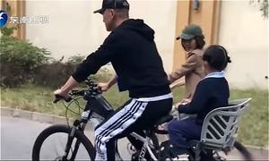'Càn Long' Nhiếp Viễn mỗi ngày đưa đón con bằng xe đạp