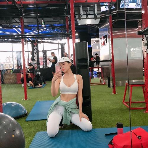 Sĩ Thanh tranh thủ selfie khoe vòng 2 săn chắc tại phòng tập gym.