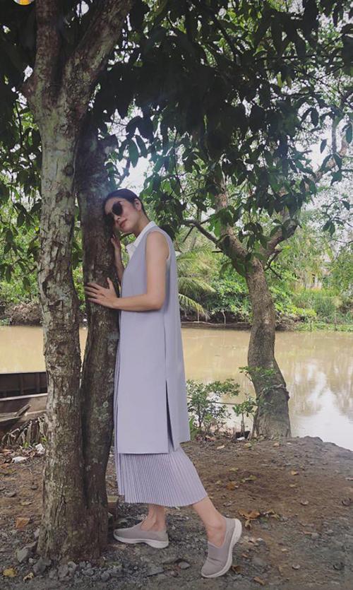 Tăng Thanh Hà diện set đồ dáng suông và đi giày bệ giản dị khi về miền Tây dự đám cưới người em.