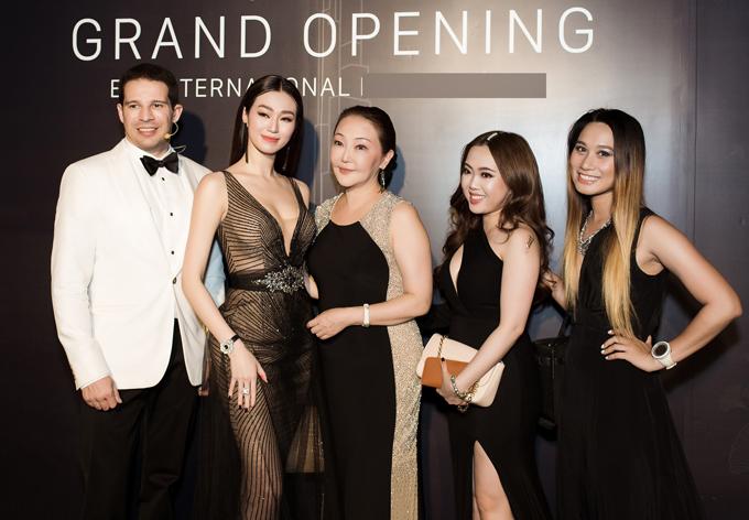 Khánh My chụp ảnh cùng bác sĩ người Nhật Eri Katagiri (thứ ba từ trái qua) - người tư vấn, chăm sóc da cho Hoa hậu Hoàn vũ 2007 Ryo Mori và các khách mời khác tại sự kiện.