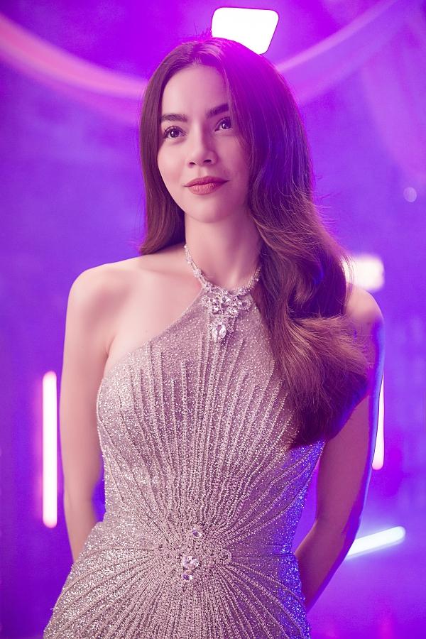 Hồ Ngọc Hà diện váy ngắn, đính kết lấp lánh kết hợp mái tóc bồng bềnh khi đi ghi hình một sản phẩm mới. Người đẹp vào vai một ma-nơ-canh trong một cửa hiệu bên đường.
