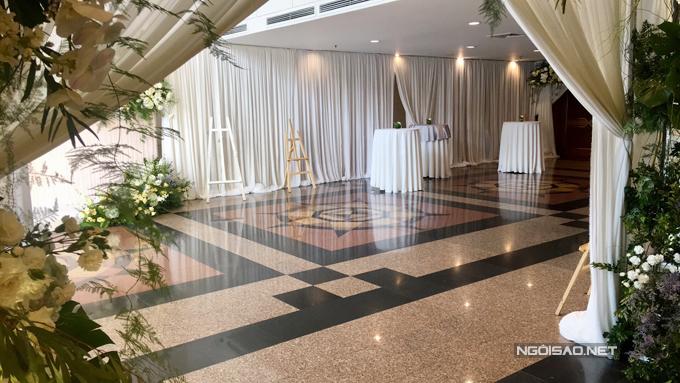 Sảnh đón khách được trang trí với tone màu trắng.