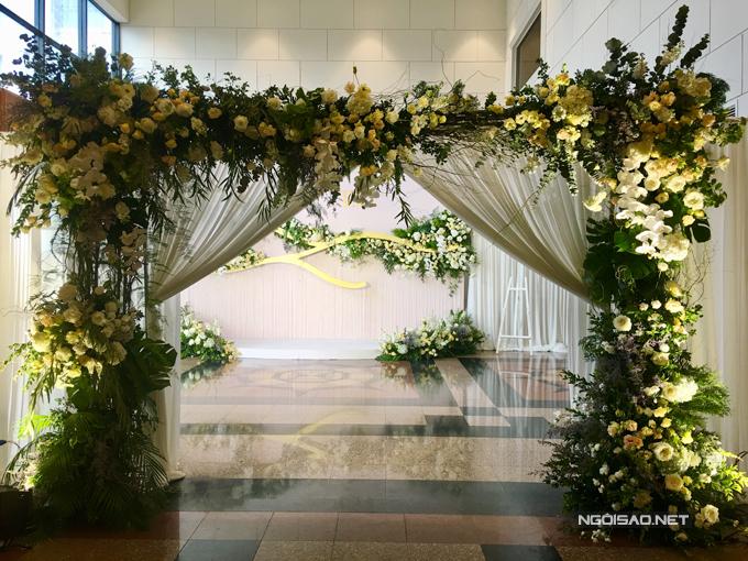Cổng hoa tại không gian tiệc cưới của Trương Nam Thành và vợ đại gia.