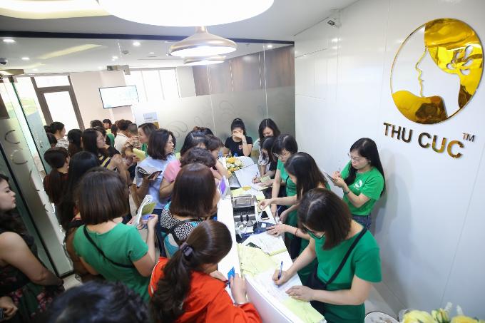 Bàn tư vấn của Thu Cuc Mega Beauty Center đều xảy ra tình trạng quá tải.