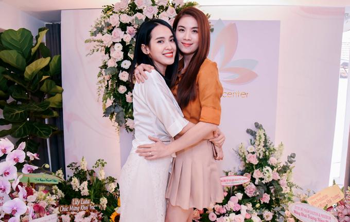 Diễn viên Kha Ly tới chúc mừng cô bạn đồng nghiệp. Cả hai thân nhau từ khi đóng chung phim Cổng mặt trời.