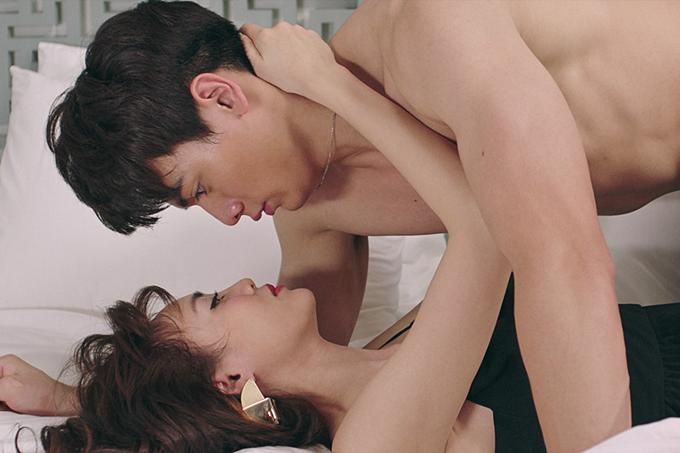 Bộ đôi có cảnh quay tình tứ bên nhau, khi Lê Xuân Tiền cởi trần, đè hôn Lan Ngọc trên giường.