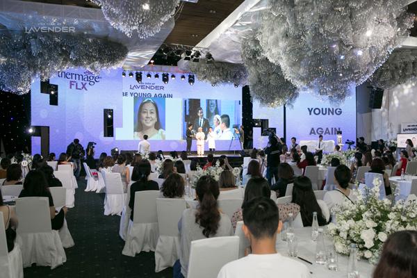 Hàng trăm khách mời chăm chú theo dõi màn tường thuật trực tiếp liệu trình và vỗ tay chúc mừng ca trị liệu thành công.