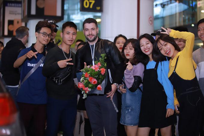 Các fan ra đón chàng ca sĩ điển trai tại sân bay.