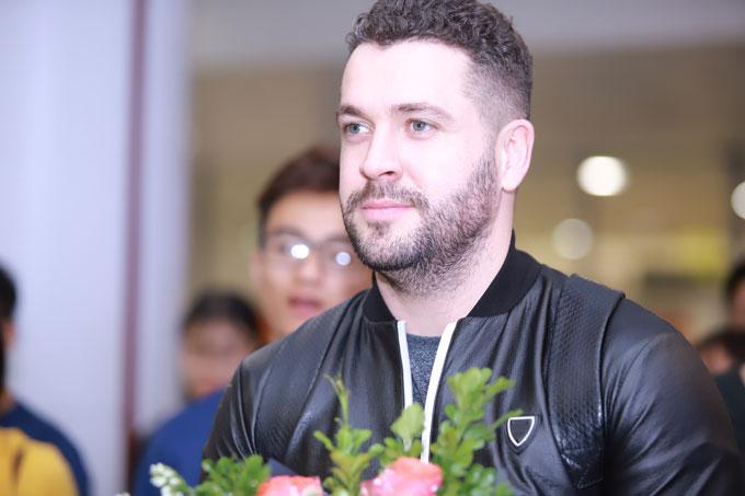 Shayne Ward mỉm cười khi được fan đón tại sân bay.
