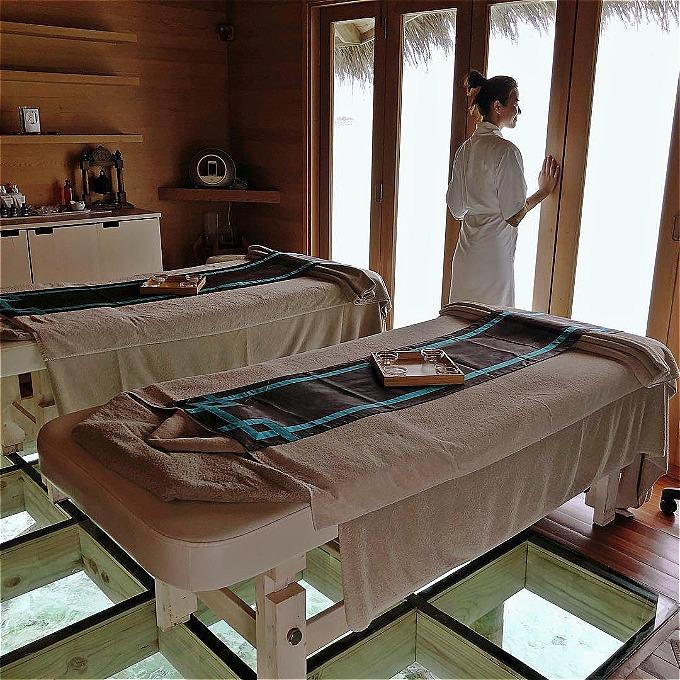 Mỗi căn biệt thự nổi đều có một spa riêng. Khách sạn không thể tiếp đón nhiều hơn 9 người. Nếu không giới rich kids mà vẫn muốn chiêm ngưỡng khu resort từ xa thì bạn có thể chọn phòng nghỉ ở Conrad Maldives Rangali với mức giá khoảng 500 USD trở lên.