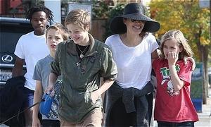 Các con tíu tíu bên Angelina Jolie đi chơi ngày cuối tuần