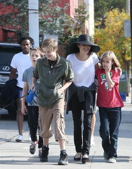 Angelina Jolie mặc giản dị đi dạo ở Los Angeles cung các be Shiloh, Vivienne và Knox vào trưa 18/11.