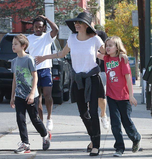 Mặc dù bận rộn, Jolie luôn dành ngày cuối tuần đi chơi với các con. Cô không ngại cảnh ra phố và bị paparazzi săn đuổi chụp hình. Nữ minh tinh muốn ở bên các con như những bà mẹ bình thường khác.