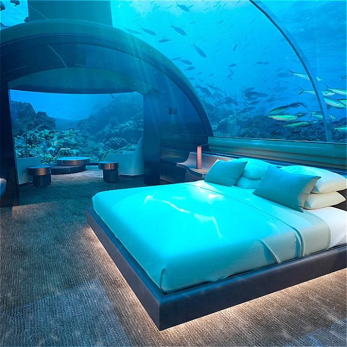Đây là resort đầu tiên ở Maldives và là một trong số ít những khu nghỉ đẳng cấp trên thế giới được đặt dưới nước. The Muraka có 2 tầng, phòng nghỉ phía trên được đặt nổi trên mặt nước, có diện tích 550 m2. Phần chìm dưới biển sâu 5m, được nối bằng cầu thang xoắn ốc hoặc đi thang máy, diện tích khoảng 102 m2, trong đó có phòng ngủ, phòng vệ sinh. Từ đây, du khách có thể ngắm nhìn trăm nghìn động vật dưới nước bơi tung tăng xung quanh mình thông qua những tấm kính trong suốt.
