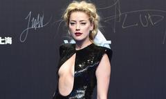 Amber Heard táo bạo khoe ngực trên thảm đỏ ở Bắc Kinh