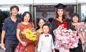 Bố mẹ và con trai chúc mừng Thụy Vân nhận bằng thạc sĩ