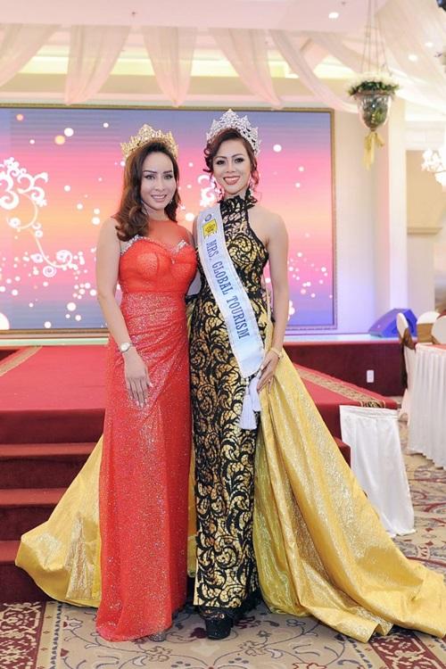 Hoa hậu Trâm Lưu cho biếtkhông thể lưu lại Việt Nam lâu hơn vì lịch trình dày đặc. Cô chỉ góp mặt tại bữa tiệc chung vui cùng bạn bè trong thời gian ngắn rồi về Mỹ ngay trong đêm.
