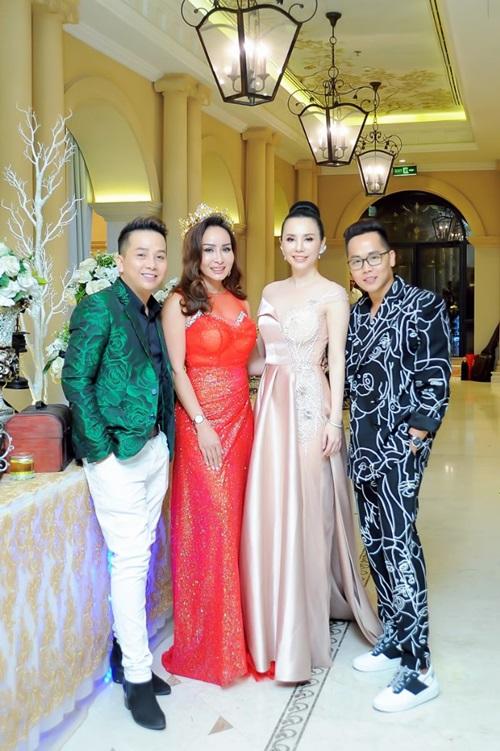 Từ trái qua: Trường Nguyên - Giám đốc TN Entertainment, Hoa hậu Lưu Hoàng Trâm, Hoa hậu Châu Ngọc Bích và HLV Tiến Thuận.